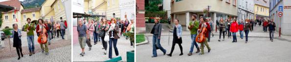v.l.n.r.: Barbara Jernej und Sweet Sweet Moon führen das interessierte Publikum durch die Altstadt
