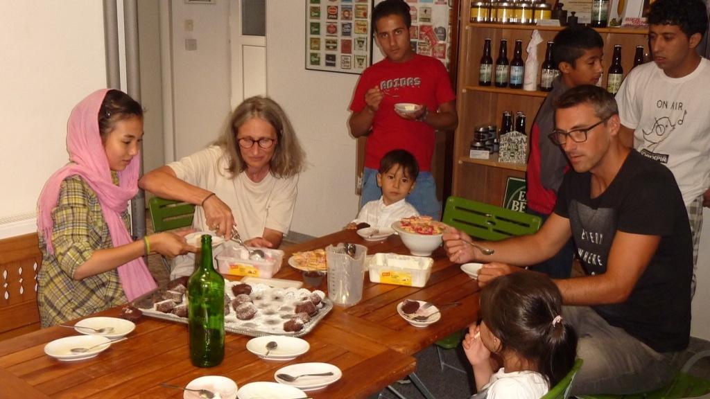 Eis und Kuchen für die Kinder aller Größenresized