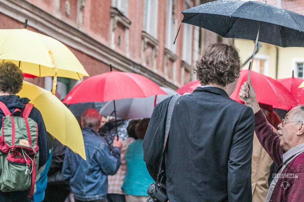 Publikum_Schirme_Zeitlupen_WB_Rostfest